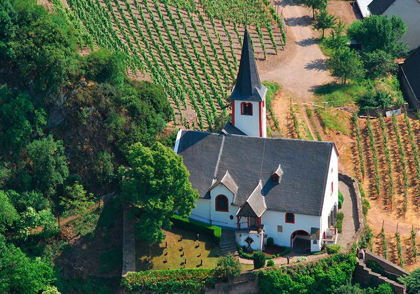 Alte St. Michaelskirche mit Ehrenfriedhof und Gebeinhaus